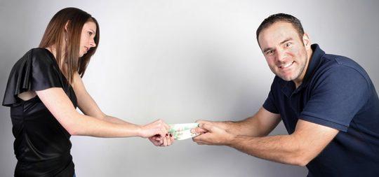La tacañería genera desconfianza en la pareja