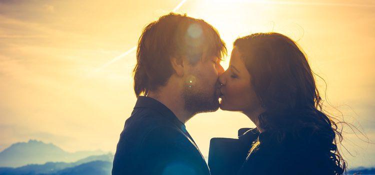 Ve acercándote poco a poco a tu pareja para besarle