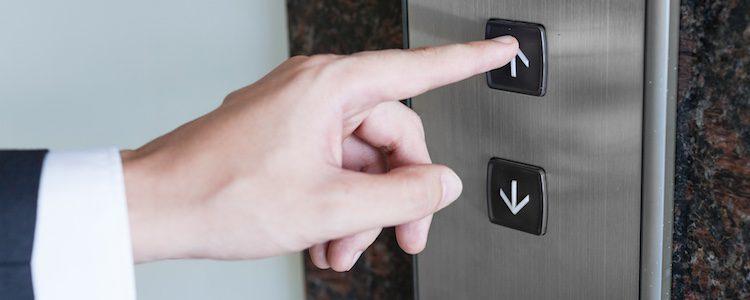 Debes tener en cuenta el tipo de ascensor