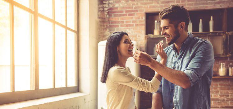 Cocinar juntos o realizar alguna escapada romántica son planes perfectos