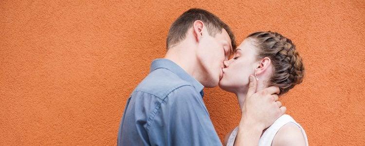 Hay lugares donde no debes intentar besar a tu pareja