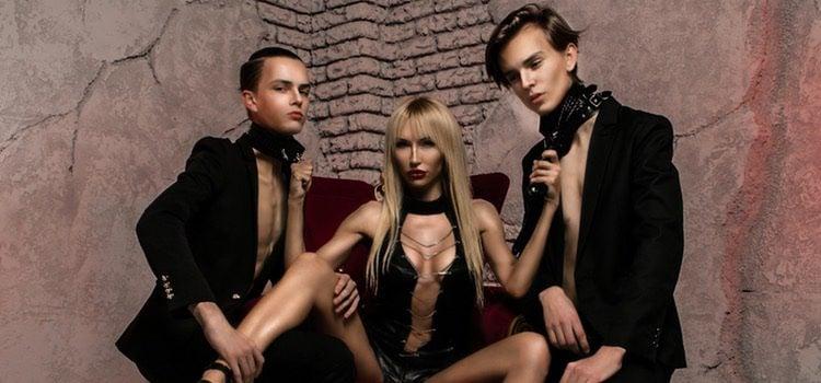Dos hombres y una mujer para hacer un trío