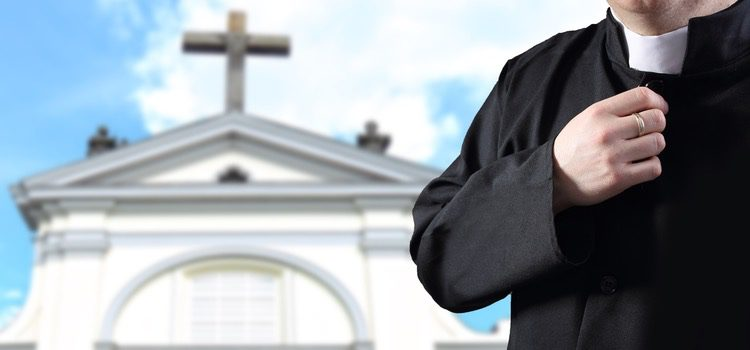 Lo primero que tienes que hacer es hablar con los representantes de la iglesia