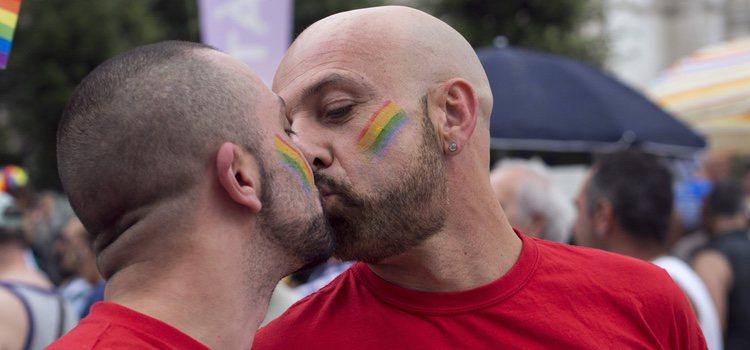 Ver a dos personas del mismo sexo besándose puede crear diversos comentarios