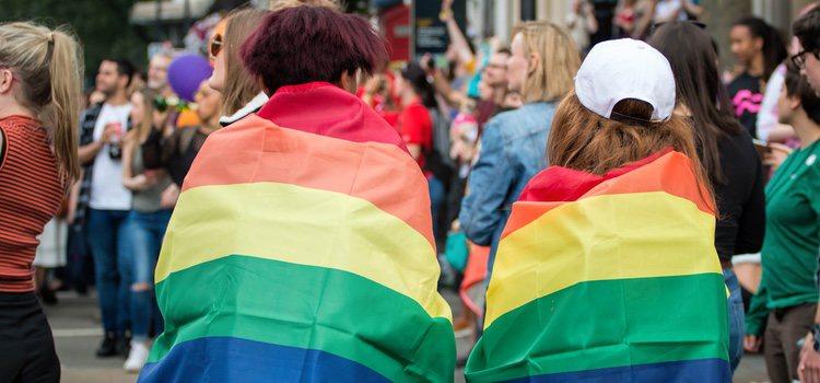 Muchas familias no aceptan tener un hijo gay o una hija lesbiana