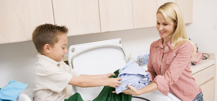 El reparto desigual de las tareas domésticas y el cuidado de los hijos supone un añadido a las horas de trabajo que pesa en mayor proporción a las mujeres