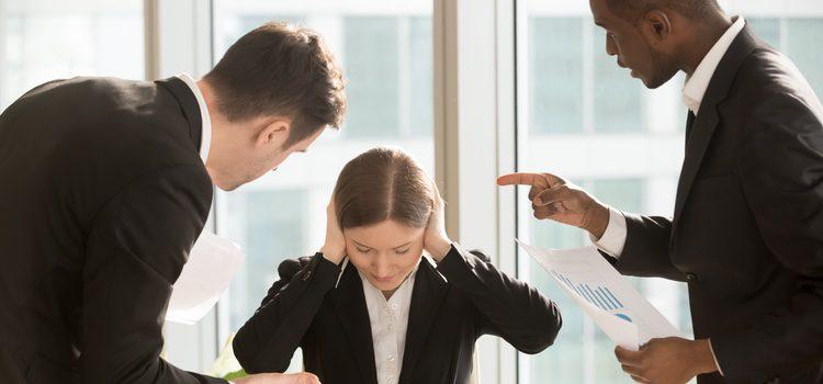 El acoso sexual por parte de compañeros y jefes y la brecha salarial respecto a los hombres son dos causas de la discriminación sexista en el trabajo