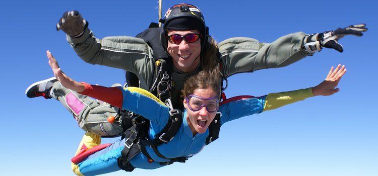 Sorprende a tu pareja invitándole a hacer paracaidismo