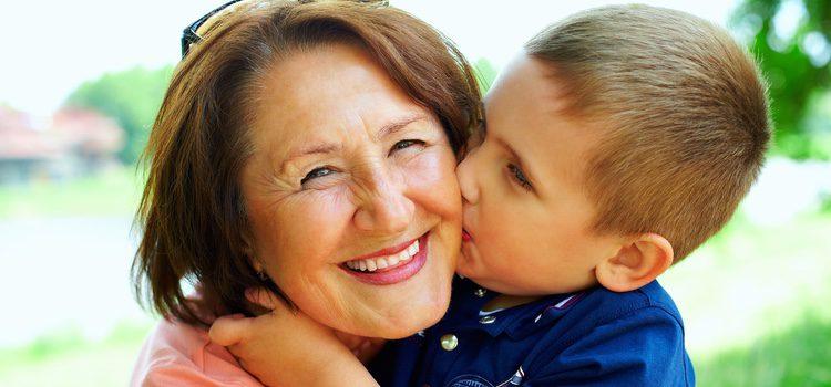 Que quieran más a unos abuelos que a otros es debido a una combinación de factores
