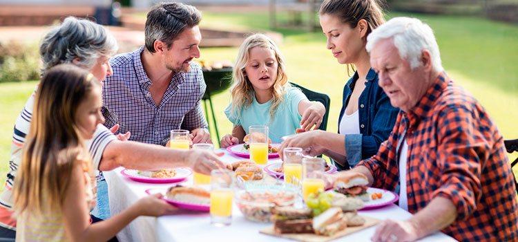 Las familias juegan un papel fundamental en las relaciones amorosas ya que llevarse bien puede determinar el nivel de tensión que existe en la pareja