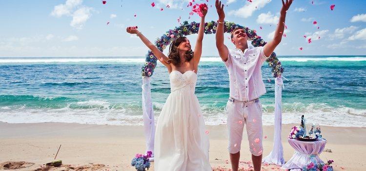 Una boda en la playa es perfecta para verano y si se quiere una ceremonia íntima con pocos invitados