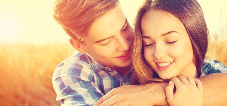 Sorprende a tu pareja con un beso inesperado