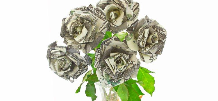 Puedes crear un ramo de flores con los billetes