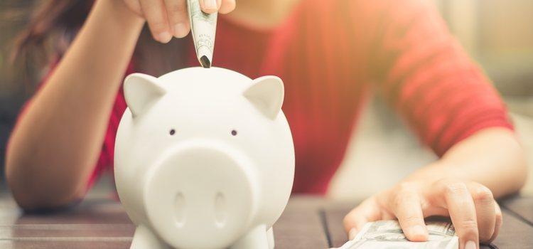 Un hucha con dinero para que los novios empiecen a ahorrar