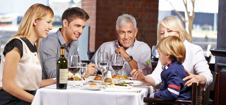 Es recomendable que la primera comida con ellos sea en un restaurante