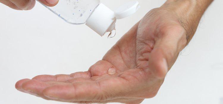 Es importante lavar la zona con un jabón específico y luego también lubricante