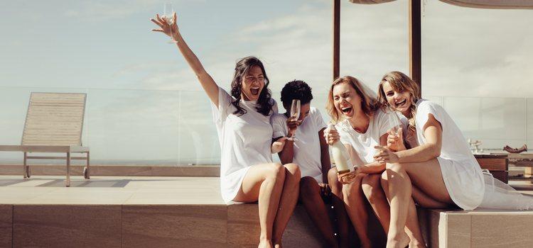 Disfruta de tu soltería con tus amigos y amigas