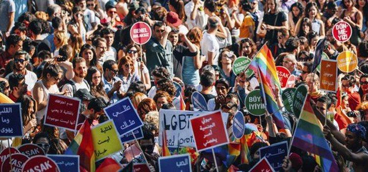 En las manifestaciones del orgullo son comunes las pancartas con mensajes reivindicativos