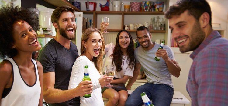 A veces al salir de fiesta con el grupo de tu pareja puedes crear mal ambiente