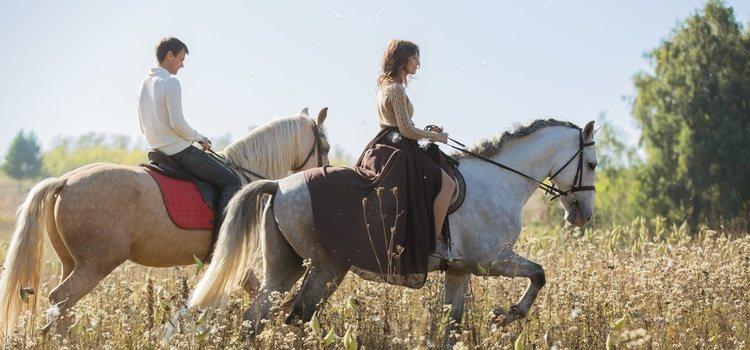 Realizar planes diferentes como montar a caballo hacen que la relación se mantenga viva