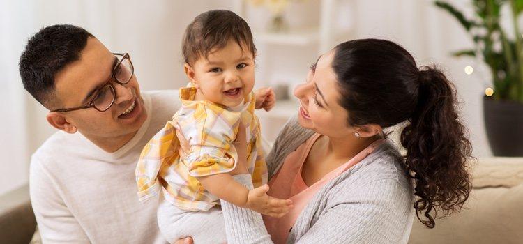 Existe la posibilidad de adoptar al hijo de tu pareja bajo una serie de requisitos