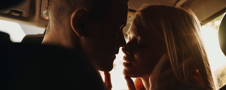 ¿Te ha sucedido alguna vez que alguien te ha besado con los ojos abiertos?