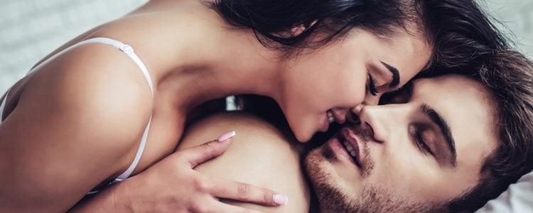 Besar con los ojos cerrados puede hacer que tu relación sexual sea más intensa