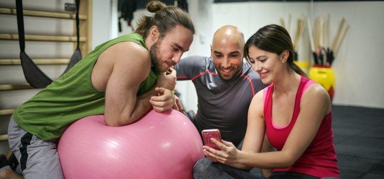Habla con todo el mundo y muéstrate receptivo a cualquier conversación sobre deporte