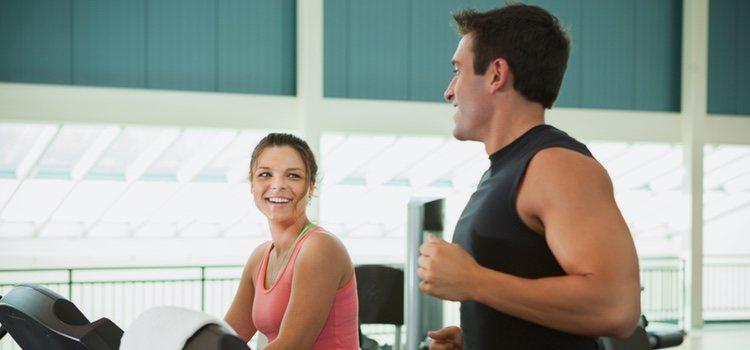 Puedes optar por: echar miraditas o parar de entrenar y hablar con la otra persona