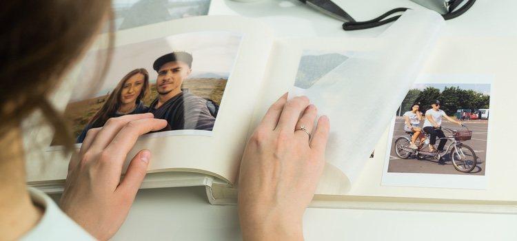 Pega fotos en un álbum y escribe recuerdos de cada una