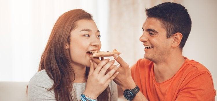 Feeder es la persona que alimenta y feedee es la persona alimentada