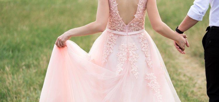El rosa es la opción perfecta si no quieres ser muy arriesgada, pero tampoco muy clásica