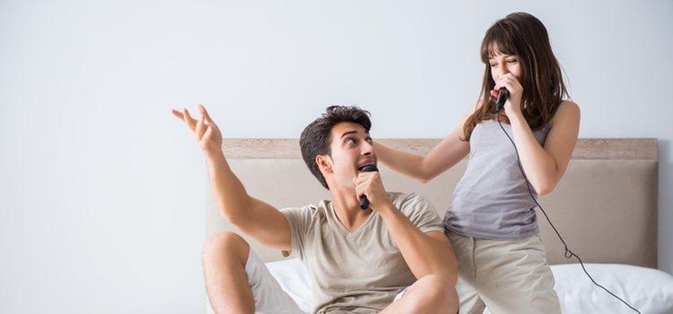 Cantar canciones románticas el día de San Valentín es una forma ideal de expresar lo que sientes