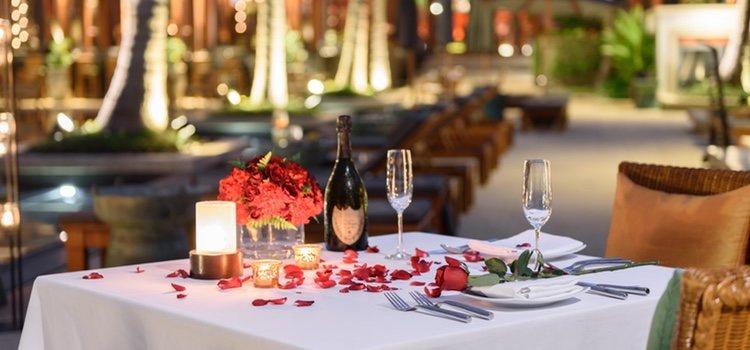 En San Valentín no puede faltar el tono rojo, las velas, las rosas y las luces