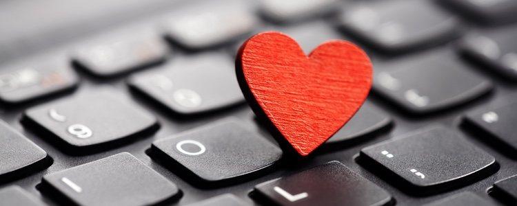 En estos días lo más habitual es conocer a tu pareja por Internet