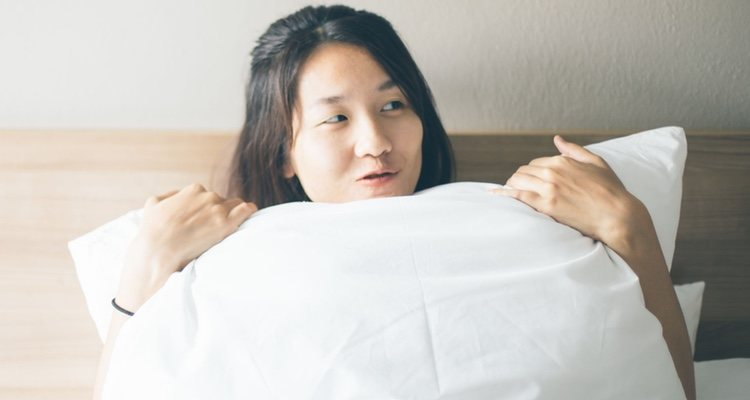 Mujer deseosa en la cama