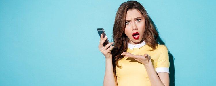 Chica frustrada con el móvil