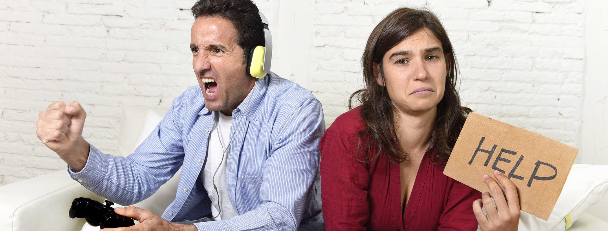 Mi pareja no para de jugar con videojuegos y no me hace caso: ¿qué puedo hacer?