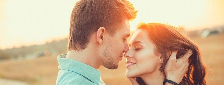 A mi pareja le da vergüenza que nos besemos en público: ¿qué puedo hacer?
