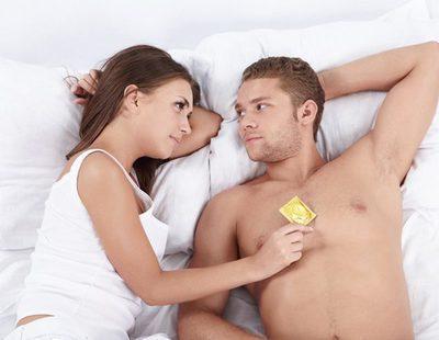 Se me baja la erección al ponerme el condón: ¿Por qué me pasa esto?
