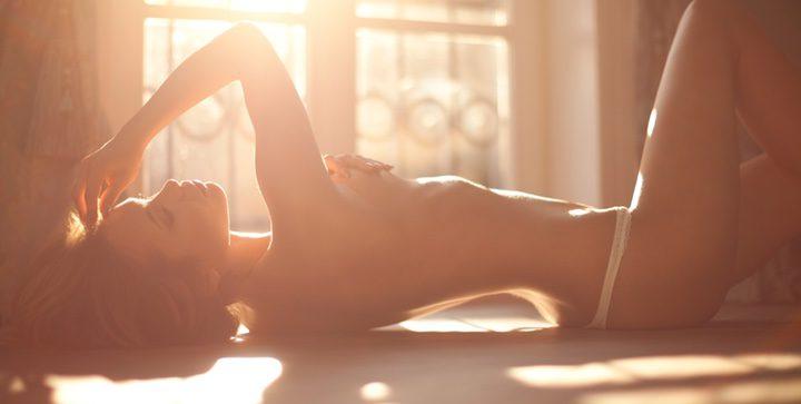 Imaginarla desnuda me ruborizaba y más con la idea de poder tocarla