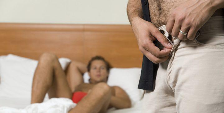 Sin perder el tiempo se deshicieron de sus pantalones mientras sus erecciones quedaban prisioneras en los bóxers